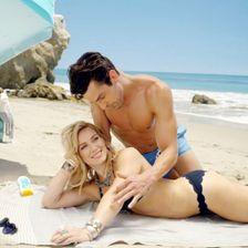 Kein Wunder, dass der gute Herr auf diesem Foto dem Bikini-Body von Hilary Duff nicht widerstehen kann