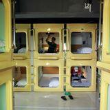 """Schlafen auf kleinstem Raum: """"Capsule Hotels"""" in Japan machen es möglich."""