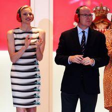 Outfit Nummer zwei: Die Fürstin liebt das Etuikleid mit Formel-1-Fotoprint, das sie 2012 beim Grand Prix von Monaco anhatte.