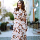 Frau in zauberhaftem Sommerkleid
