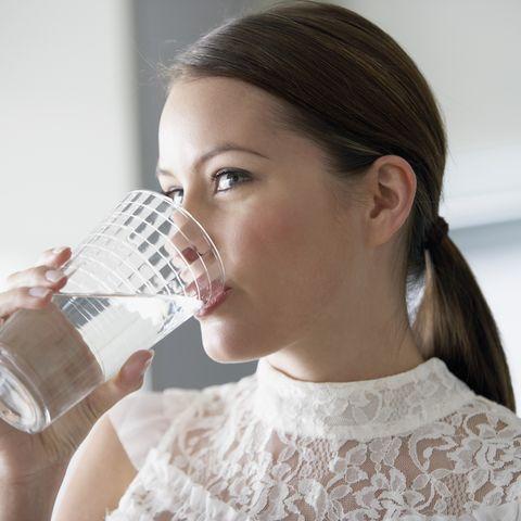 Wer vor den Mahlzeiten ein Glas Wasser trinkt, isst weniger. Die Flüssigkeit füllt den Magen und steigert das Sättigungsgefühl.