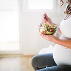 Schwangere mit gesunder Mahlzeit