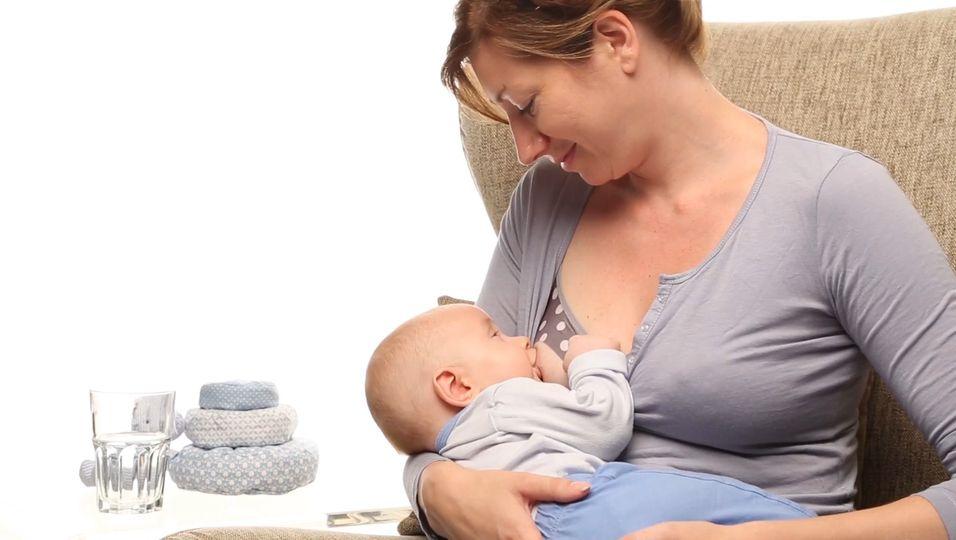 Ärzte warnen: Dieser neue Stilltrend schadet deinem Kind