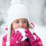 Kind isst Schnee