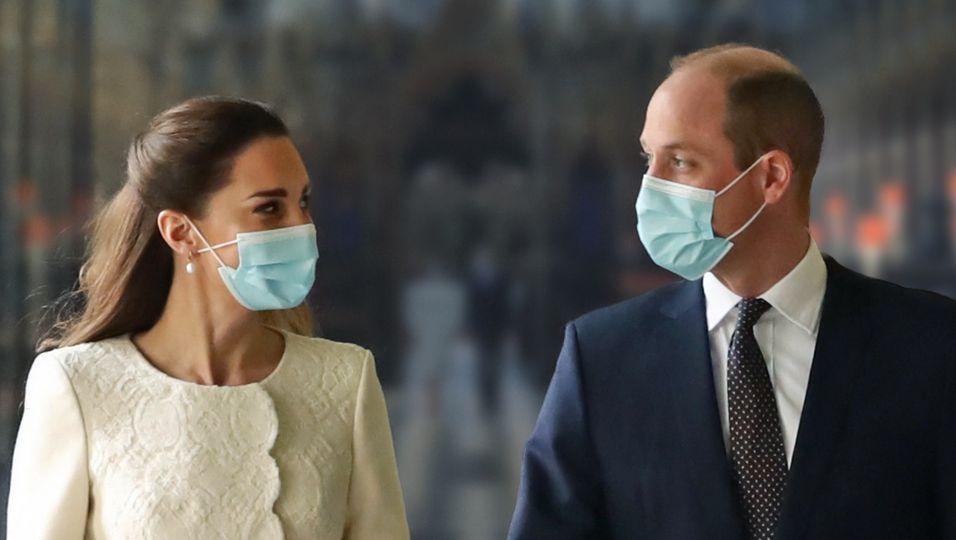 In weißem Mantel & schwarzem Anzug: Dieser Auftritt erinnert an ihre Hochzeit!