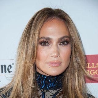 Und das Schlusslicht der bunten 11 ist der nudefarbene Lippenstift, der auch Jennifer Lopez Mund verschönert.