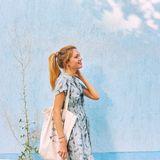 Frau in himmelblauen Kleid