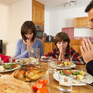 Christliche Familie beim Tischgebet
