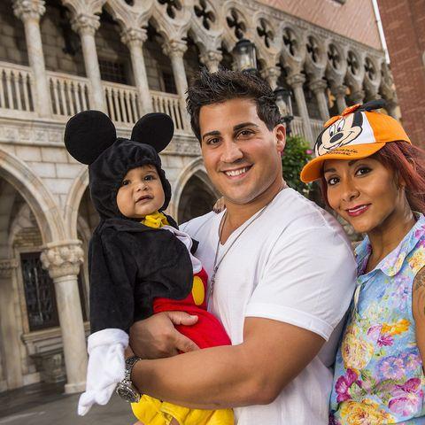 """Mit """"Jersey Shore""""-Star Snooki und Papa Jonni zeigt sich der kleine Lorenzo im Mickey Maus Kostüm im Disney World."""