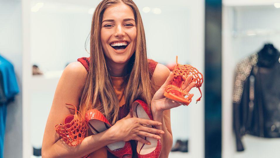 Frau mit Schuhen in der Hand