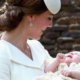 Herzogin Kate in einem weißen Blazer, Prinzessin Charlotte in einem weißen Kleid.