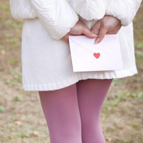 Frau mit Liebesbrief