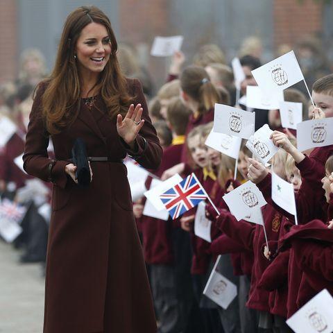 """In Grimsby wurde Kate am 5. März 2013 von 2.000 Fähnchen schwingenden Fans bejubelt. Ihr Look: der """"Celeste""""-Mantel von Hobbs"""