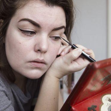 Junge Frau trägt Eyeliner auf