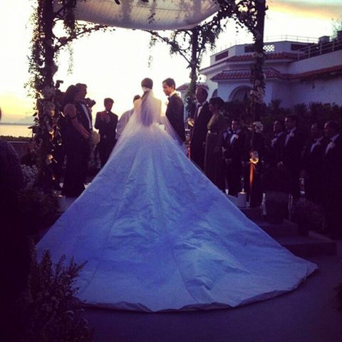 Beim Sonnenuntergang mit einem Blick auf das Mittelmeer gab Nell Diamond ihrem Verlobten Teddy Wasserman das Jawort.