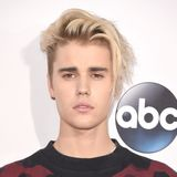 Justin Bieber in einem bunten T-Shirt