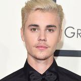 Justin Bieber in einem schwarzen Hemd.