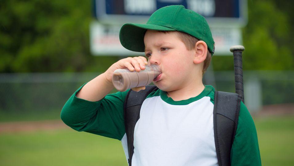 Kind trinkt nach Sport Kakao