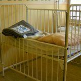 Ein leeres Kinderbett