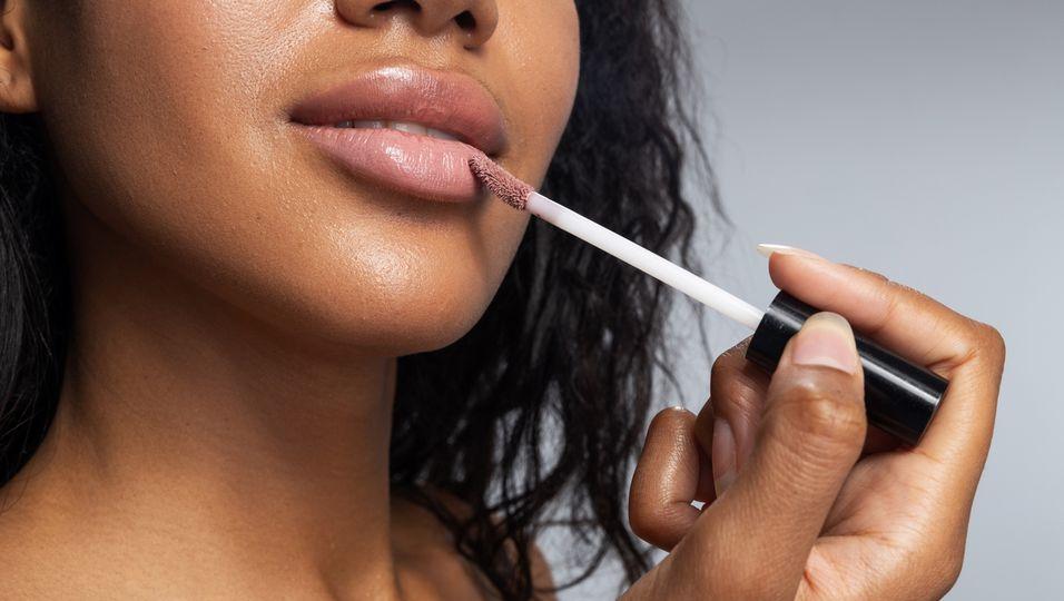 Mit diesem Lipgloss kaschierst du Lippenfalten