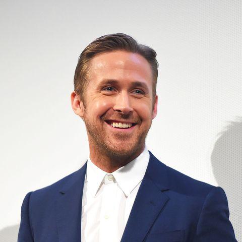 Ryan Gosling in einem blauen Anzug mit weißem Hemd.