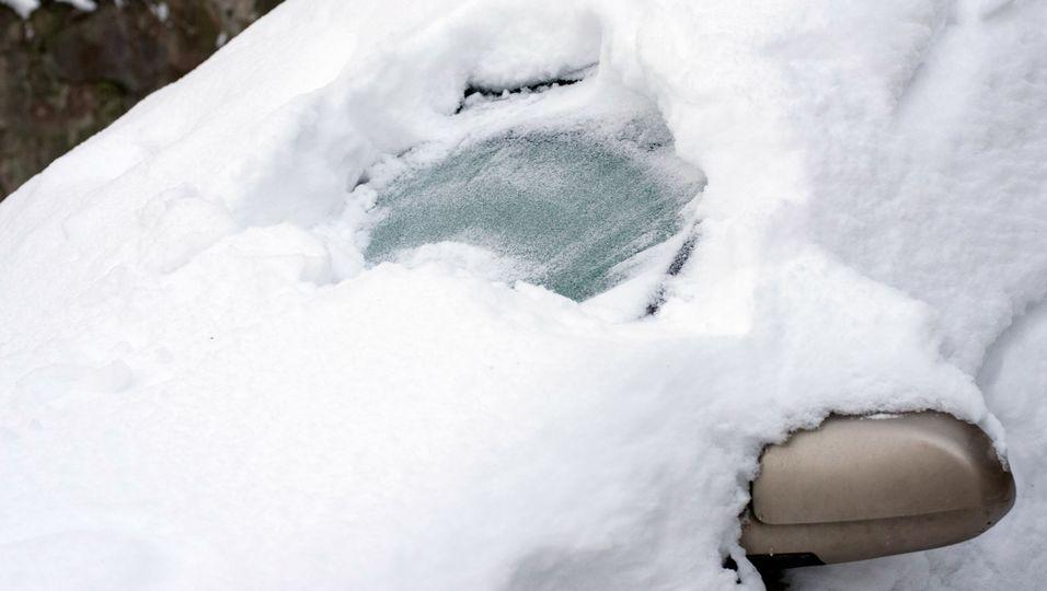 Strafe bei Faulheit: Polizei stoppt Schnee-Auto mit nur zwei Gucklöchern – so geht's richtig