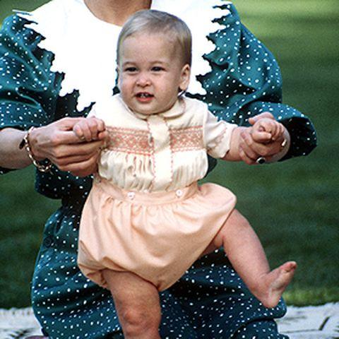 In Neuseeland spielt Prinzessin Diana im April 1983 mit ihrem William auf einer Decke – das bringt viele Beliebtheitspunkte.
