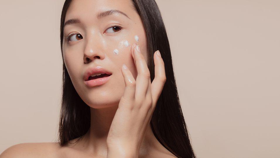 Junge Frau bei der Schönheitspflege
