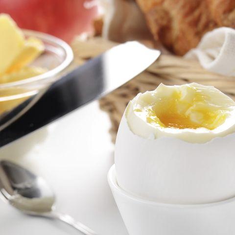 Lieber ein Ei zum Frühstück als Brot! Denn Eier sind sehr proteinreich, sättigend und beschleunigen den Fettabbau.