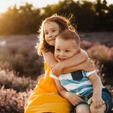 Mädchen und Junge beobachten zusammen den Sonnenuntergang