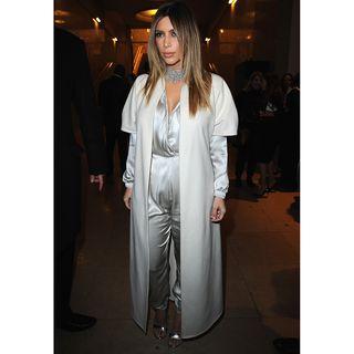 Hier trägt Kim K. einen Morgenmantel überm Seidenpyjama. Nette Idee, aber nicht für einen offiziellen Event.