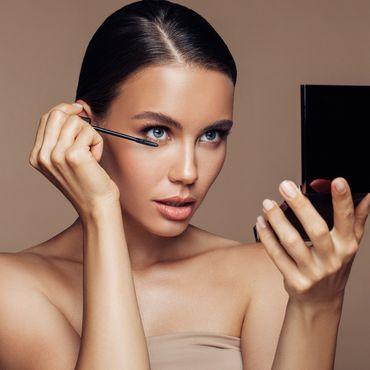 Frau trägt Mascara auf