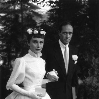 Die schöne Audrey Hepburn heiratet ihren Filmproduzenten Mel Ferrer 1954 in einem romantischen Brautkleid von Balmain.