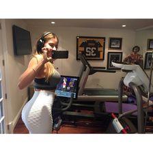 Sofia Vergara macht Sport auf einem Hometrainer