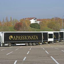 8 Lkw transportieren das Equipment, 4 Spezialtransporter gibt es für die Pferde