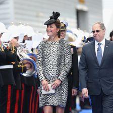 Bei ihrem letzten Solo-Termin vor dem Mutterschutz sorgte Kate im Hobbs-Mantel mit Animal-Print (ca. 200 Euro) für einen Knaller.