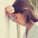 Junge Frau mit Burnout