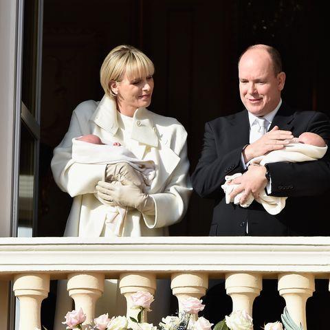 Jacques und Gabriella waren in weiße Decken gehüllt.