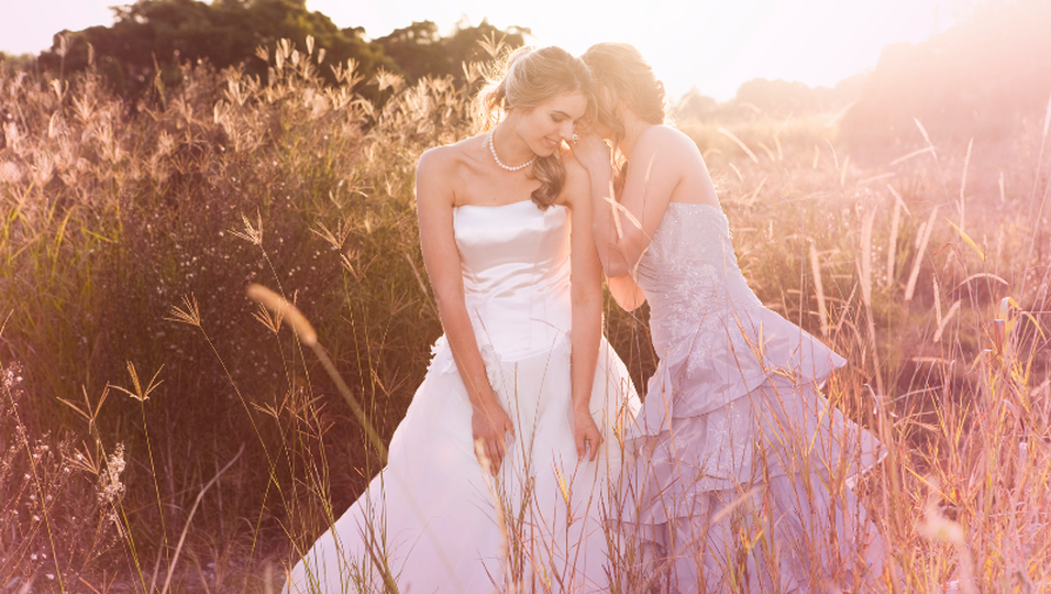 Braut mit ihrer Trauzeugin
