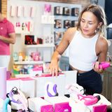 Frau kauft Sexspielzeug