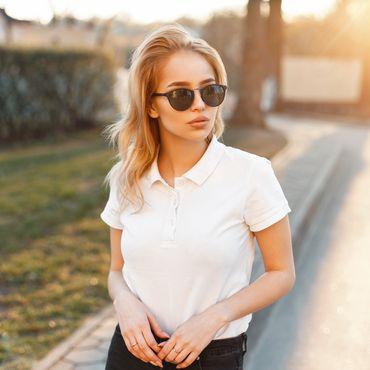 Frau genießt den Frühling im Polo-Shirt