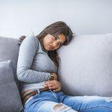 Frau leidet an Blasenentzündung