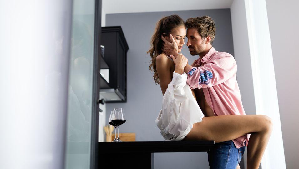 Paar beim Sex auf dem Tisch