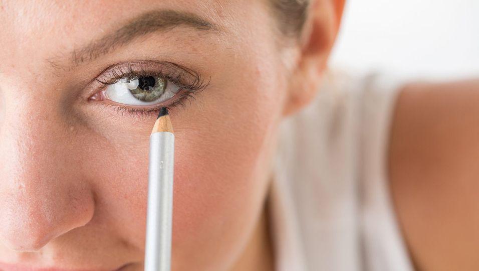 Der Kajalstrich kann die Augen größer oder kleiner wirken lassen - je nachdem, wo genau er gezogen wird.