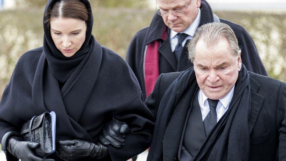 Der schwerste Gang: Auf dem Weg zur Trauerfeier geben sich Fritz Wepper und seine Tochter Halt
