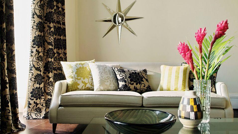 Dieses Wohnzimmer sieht irgendwie langweilig aus? Stylen Sie es um – ganz ohne teure Neuanschaffungen!