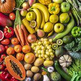 Buntes Obst und Gemüse auf einem Tisch ausgebreitet.