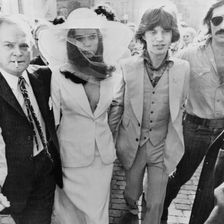 Topmodel Bianca Jagger tägt 1971 bei ihrer Hochzeit mit dem Rockstar Mick Jagger ein elegantes Outfit von Yves Saint Laurent.