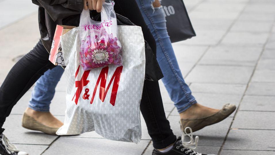 Frau mit H&M-Plastiktüte.