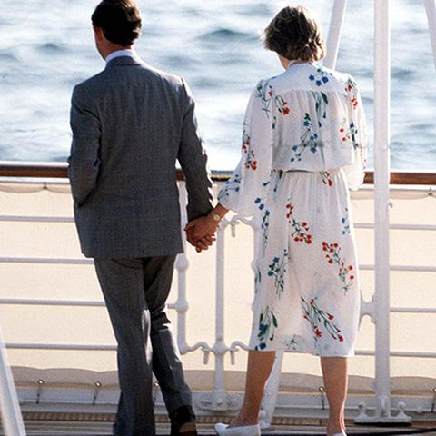 """Statt zu zweit zu sein, verbringen sie ihre Flitterwochen auf der königlichen Yacht """"Britannia"""", umgeben vom Bordpersonal und Gästen."""